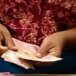 Pekerja menghitung uang tunjangan hari raya (THR). (JIBI/Solopos/Antara/Yusuf Nugroho)