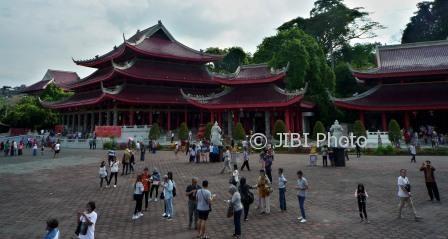 Wisatawan menikmati suasana Kelenteng Sam Poo Kong Semarang, Jateng, Senin (26/6/2017). (JIBI/Solopos/Antara/R. Rekotomo)
