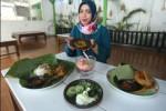 KULINER SOLORAYA : Restoran Ini Tawarkan Menu Ndeso Bungkus Daun Jati