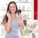 Ilustrasi wanita menggunakan kosmetik. (Beautyhead.com)