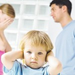 Bertengkar di depan anak berdampak negatif terhadap anak. (theinfidelity.com)