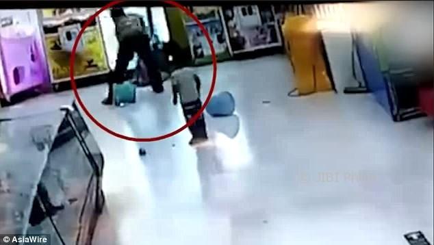 Detik-detik seorang ayah menghajar putrinya di supermarket. (Istimewa/Youtube)