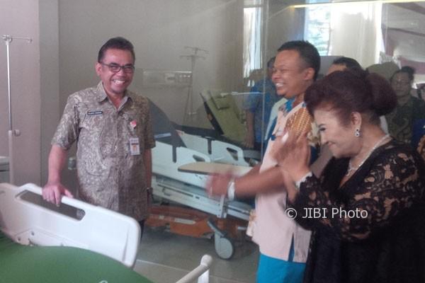 Kepala Dinkes Jateng, Yulianto Prabowo (kiri), melihat-lihat tempat tidur kesehatan produksi Paramount Bed Indonesia di showroom mereka yang terletak di Jl. Dr. Sutomo No. 11, Semarang, Rabu (19/7/2017). (JIBI/Semarangpos.com/Imam Yuda S.)
