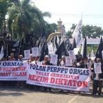 Demo Tolak Perppu Ormas di Gedung DPRD Solo, Polisi Halau Massa Luar Kota