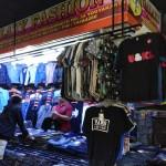 Pada malam hari, kios pakaian murah yang ada di Pasar Klithikan Pakuncen selalu ramai pembeli yang kebanyakan anak muda, Selasa (8/8/2017). (Holy Kartika N.S/JIBI/Harian Jogja)