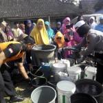 Perwira Polres Sragen Antarkan 12 Tangki Air Bersih untuk Warga Tangen