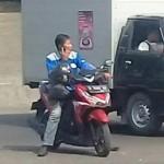 LALU LINTAS SEMARANG : Berhenti di Tengah Jalan, Pengendara Motor Ini Malah Asyik Bertelepon