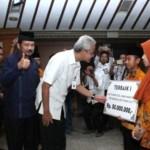 PRESTASI JATENG : Ingin Berangkatkan Ortu Naik Haji, Anak Asal Pati Dipuji Gubernur