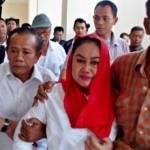 Bupati nonaktif Klaten Sri Hartini (kedua dari kanan) dipapah pendukungnya ke ruang tahanan seusai divonis hakim Pengadilan Tipikor Semarang, Jateng, Rabu (20/9/2017). (JIBI/Solopos/Antara/R. Rekotomo)