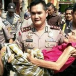 AKSI POLISI : Gendong Manula, Kapolres Demak Tuai Pujian