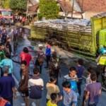 FOTO KEBAKARAN DEMAK : Angkut Urea, Truk Terbakar di Sayung