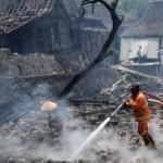 Petugas pemadam kebakaran membasahi sisa permukiman warga Desa Penawangan, Pringapus, Kabupaten Semarang, Jateng, Rabu (6/9/2017). (JIBI/Solopos/Antara/Aditya Pradana Putra)