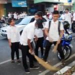 KEBERSIHAN SALATIGA : Bersihkan Jalan, Mahasiswa UKSW Ramai Dipuji