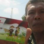 Salah seorang petani asal Kecamatan Karangmojo, Rebo Sujiwanto menunjukkan Kartu Tani yang baru saja dia terima saat dibagikan di Aula Kecamatan Karangmojo. Kamis (6/9/2017). (JIBI/Irwan A. Syambudi)
