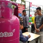 Warga mengantre pembelian Bright Gas spesial memeriahkan Hari Pelanggan Nasional dengan diskon 50% di SPBU Lempuyangan, Senin (4/9/2017). (Holy Kartika N.S/JIBI/Harian Jogja)