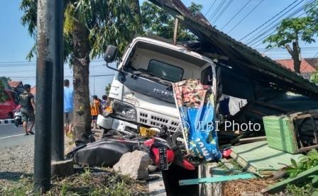KECELAKAAN KLATEN : Mobil Boks Seruduk Warung Satai, Pengendara Motor Tewas Terseret