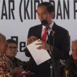Presiden Joko Widodo berbincang-bincang dengan Munjinah, seorang penerima kartu PKH berusia 80 tahun, di Kota Semarang, Jateng, Senin (9/10/2017). (Imam Yuda S./JIBI/Semarangpos.com)