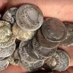 KISAH UNIK : Pria Inggris Temukan Koin Langka Senilai Rp3,6 Miliar di Ladang