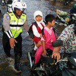 AKSI POLISI : Bantu Pengguna Jalan Korban Banjir, Polisi di Semarang Ramai Disanjung