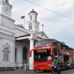 Bus tingkat wisata melintasi di depan Gereja Blenduk, Jl. Letjen Suprapto, kawasan Kota Lama Semarang, Jateng, Rabu (4/10/2017). (JIBI/Solopos/Antara/Aditya Pradana Putra)