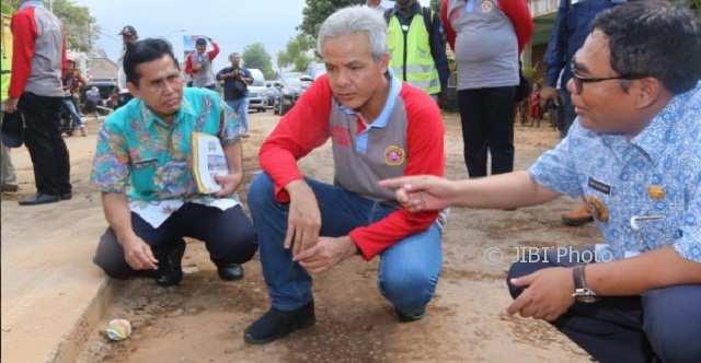 PEMBANGUNAN JATENG : Ganjar Janji Perbaiki Jalan Rusak Dampak Tol, Warga Penuh Harap