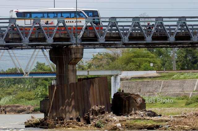 INFRASTRUKTUR TULUNGAGUNG : Fondasi Jembatan Ngujang Terlihat Menggantung akibat Erosi
