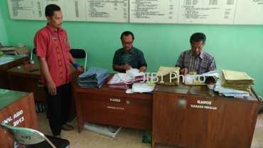 Ketua Panitia Pengisian Perangkat Desa (P3D) Singodutan, Selogiri, Wonogiri, Tarjo Harsono (kanan), meneliti berkas pendaftar di Kantor Desa setempat, Rabu (1/11/2017). (Rudi Hartono/JIBI/Solopos)