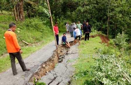 BENCANA SUKOHARJO : Diguyur Hujan 3 Hari, Jalan Antardukuh Desa Sanggang Retak dan Ambles