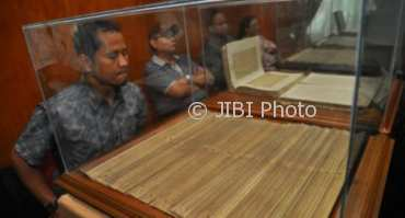 Peserta Borobudur Writers & Cultural Festival (BWCF) 2017 di TWC Borobudur, Magelang, Jateng mengamati naskah dari daun lontar pada pameran arsip kuno, Jumat (24/11/2-17). BWCF 2017. (JIBI/Solopos/Antara/Anis Efizudin)