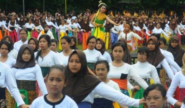 FOTO PENDIDIKAN SALATIGA : 250 Siswi Salatiga Menari Massal