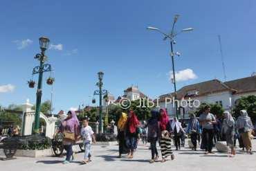 Sejumlah wisatawan menikmati suasana kawasan Nol Kilometer, Yogyakarta, Sabtu (23/12/2017). (Desi Suryanto/JIBI/Harian Jogja)