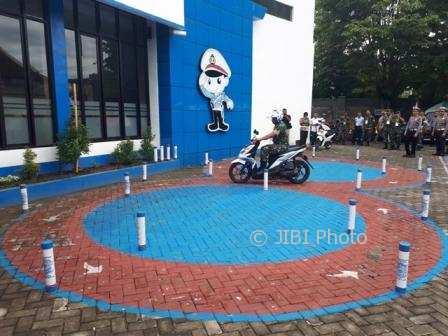 Ilustrasi: Anggota TNI mengikuti ujian SIM di halaman kantor Satpas Polres Karanganyar, Kamis (14/12/2017). (Sri Sumi Handayani/JIBI/Solopos)