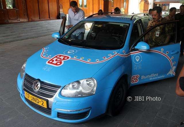 Pria Belanda Berkeliling Dunia Naik Mobil Listrik Singgah di Balai Kota Solo