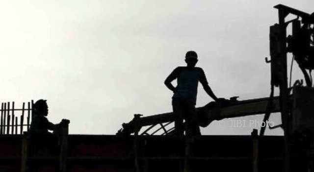 Siluet buruh atau pekerja di suatu proyek pembangunan. (Dwi Prasetya/JIBI/Bisnis)