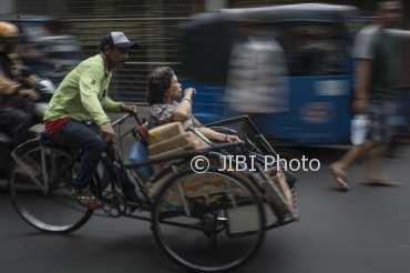 Tukang becak mengangkut penumpang di kawasan Petak Sembilan, Glodok, Jakarta, Selasa (16/1/2018). (JIBI/Solopos/Antara/Aprillio Akbar)