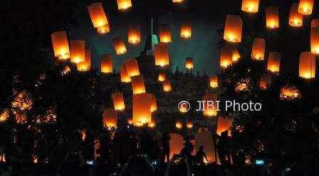 FOTO TAHUN BARU 2018 : Indahnya Borobudur Bertaburkan Lampion