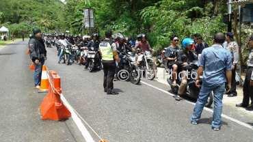 Jajaran Polsek Gunungkidul saat merazia ratusan pengendara motor yang merupakan kelompok pelajar asal Jogja. Sabtu (6/1/2018). (IST/Polres Gunungkidul)