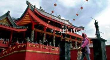 Klenteng Sam Poo Kong Semarang, Jateng padat wisatawan di hari libur nasional Tahun Baru, Senin (1/1/2018). (JIBI/Solopos/Antara/R. Rekotomo)