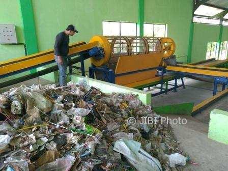 Penjaga keamanan TPA Troketon memeriksa mesin penyaring sampah di kawasan TPA Troketon, Desa Troketon, Kecamatan Pedan, Klaten, Rabu (3/1/2018). (Cahyadi Kurniawan/JIBI/Solopos)