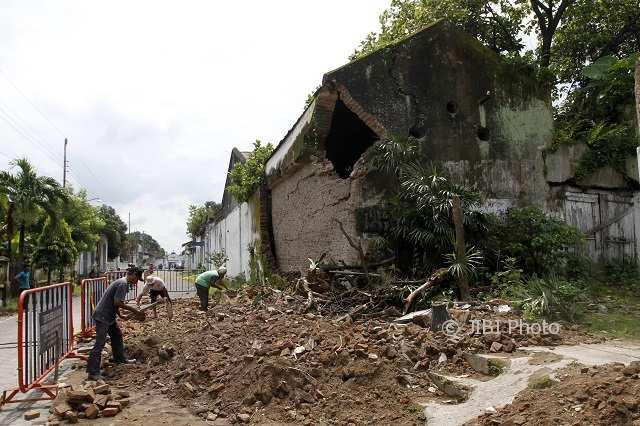 Reruntuhan Tembok Keraton Solo Dibersihkan untuk Buka Akses Jalan