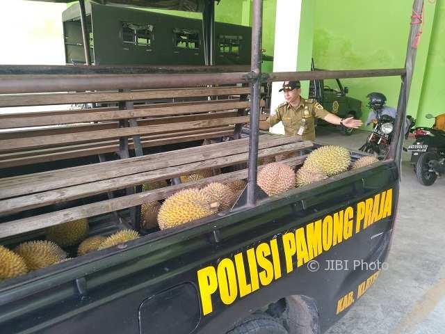 Satpol PP Klaten Sita Puluhan Buah Durian dari PKL