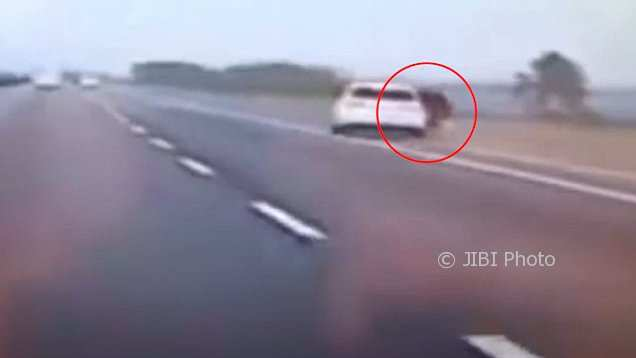 Cekcok dengan Pacar, Wanita Ini Lompat dari Mobil Berkecepatan 100 km/jam