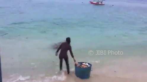 Beredar Video Aksi Buang Sampah di Laut, Susi Pudjiastuti Minta Viralkan!