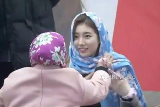 Fans Indonesia Pakaikan Suzy Kerudung