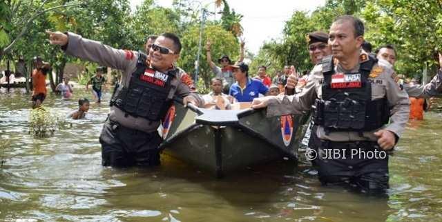 Banjir Demak Tak Kunjung Surut, Polisi Salurkan Bantuan