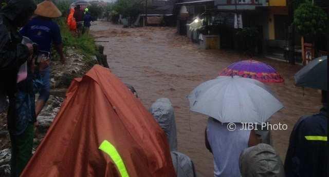 BENCANA JATENG : Mejobo Kudus Kebanjiran Gara-Gara Tanggul Sungai Piji Jebol