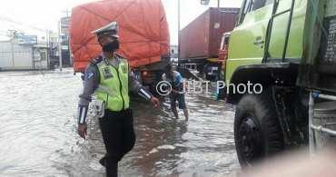 Banjir di kawasan Genuk, Kota Semarang, Jateng, Rabu (21/2/2018). (Instagram-@satlantaspolrestabessmg)