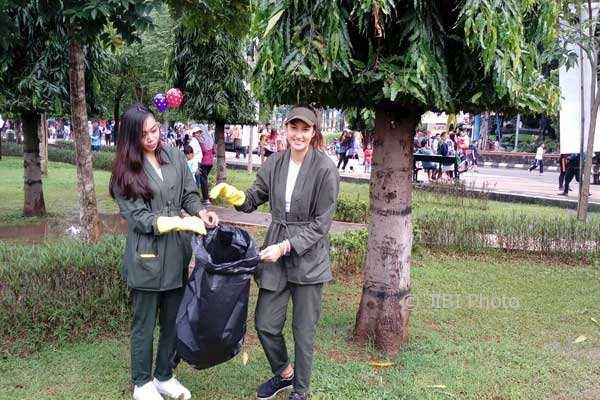 HARI PEDULI SAMPAH : Nadine Ajak Generasi Muda Minimalisasi Penggunaan Kantong Plastik