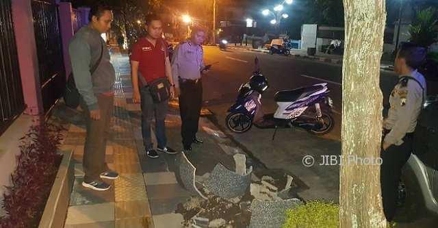 INFRASTRUKTUR SALATIGA : Pot di Trotoar Rusak, Polisi dan Personel Satpol PP Turun Tangan