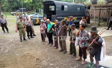 PGOT yang terjaring razia dibawa ke Panti Boro Dinas Sosial Sragen di Kampung Tlebengan, Sragen Tengah, Senin (5/3/2018). (Istimewa/Satpol PP Sragen)